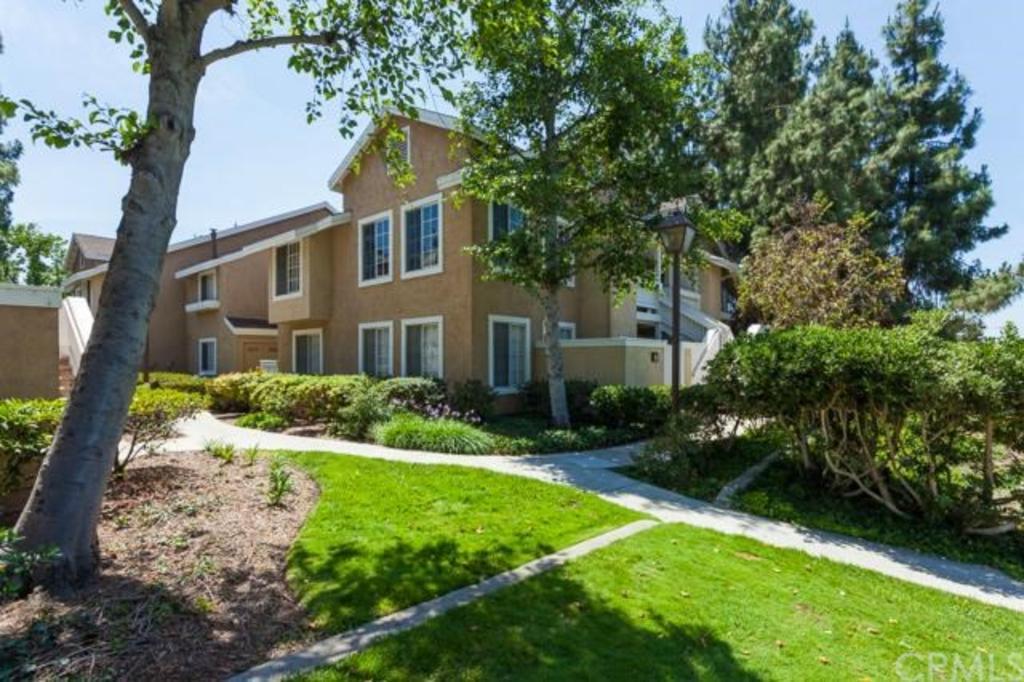32 Woodleaf Irvine CA lush green