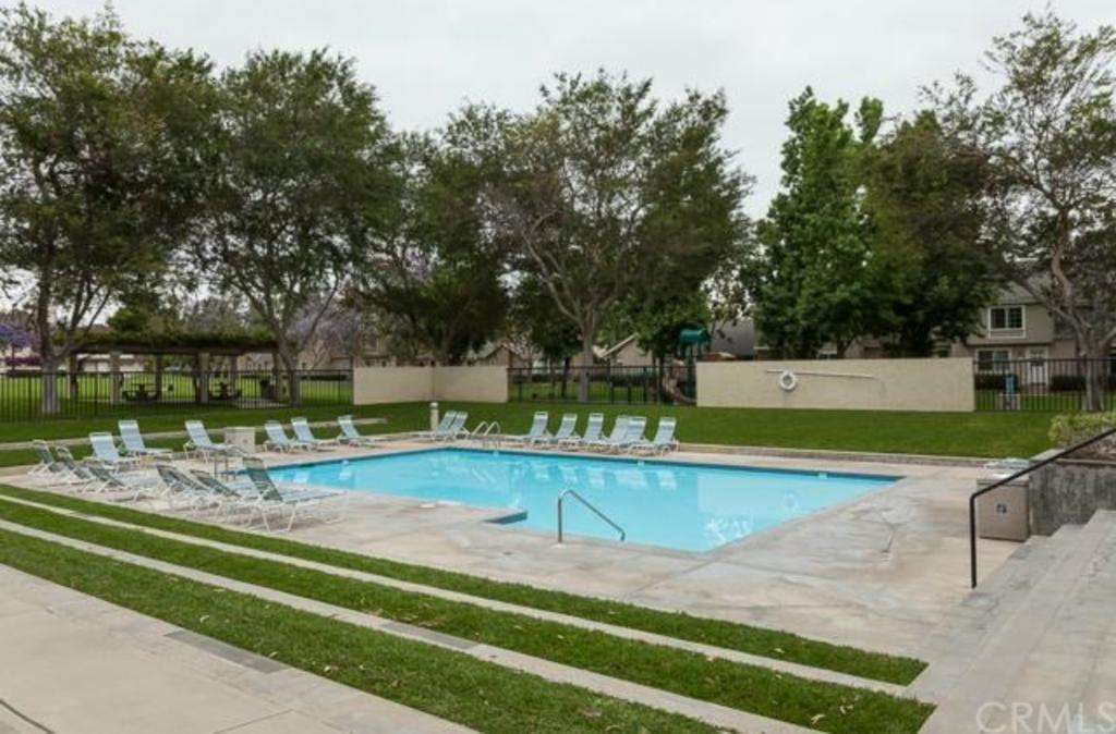 32 Woodleaf Irvine CA community pool