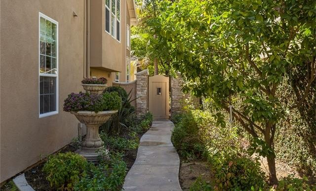 16-thornhill-st-ladera-ranch-side-path