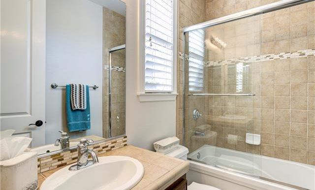 22 Roshelle Ln Guest Bath